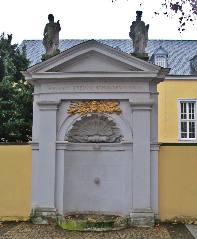 Nikolaus-Koch-Platz, Trebeta-Brunnen